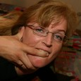 Fick mich tiefer stöhnt sie immer wieder… Renate mag es gerne tief und fest von hinten. Diese Frau sucht Telefonsex, denn ihr Mann besorgt es ihr nicht mehr ordentlich. Sie […]